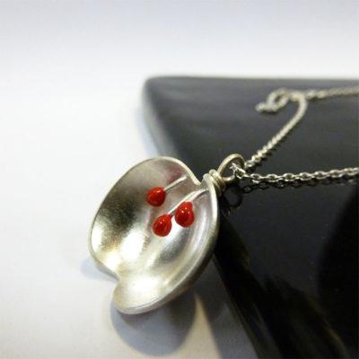 collier argent et résine rouge fait main artisanat bijouterie